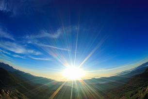 富士見岳から望む朝の甲斐駒ケ岳などの山並みの写真素材 [FYI02826520]