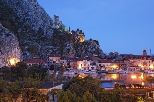 houses, castle, evening view, Omis, Dalmatia, Croatiaの写真素材 [FYI02826544]