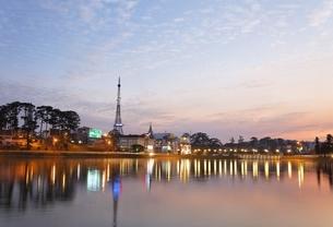 Dalat Eiffel Tower, Xuan Huong Lake, Dalatの写真素材 [FYI02826575]
