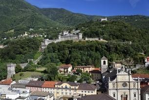 Castello di Montebello & Castello di Sasso Corbaroの写真素材 [FYI02826594]