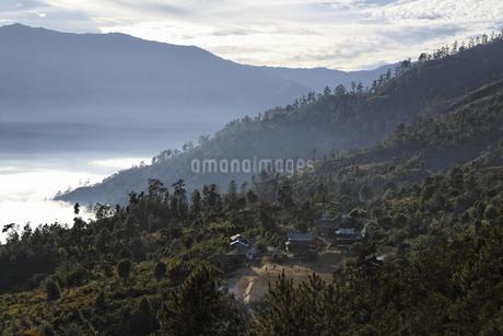 山に囲まれた村落の写真素材 [FYI02826627]