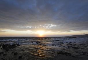 Japan Sea Coast, Cape Shirakami, waves, rocks, sunsetの写真素材 [FYI02826634]