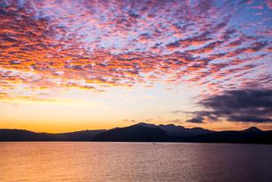 朝焼けに染まる十和田湖の写真素材 [FYI02826640]