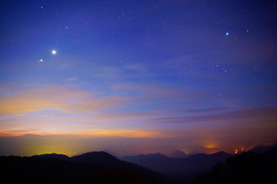 旧碓氷峠見晴台から望む高崎方向の山並みと黎明の星空の写真素材 [FYI02826678]