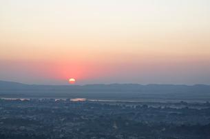 マンダレーヒルから見た日没の写真素材 [FYI02826705]