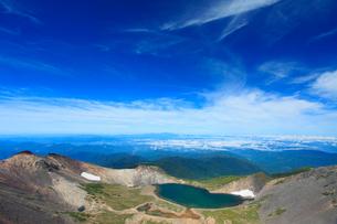 剣ケ峰から望む権現池と白山などの山並みの写真素材 [FYI02826870]