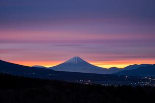 朝焼けの空と富士山の写真素材 [FYI02826888]