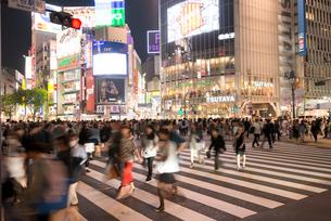 渋谷駅前交差点夕景の写真素材 [FYI02826996]