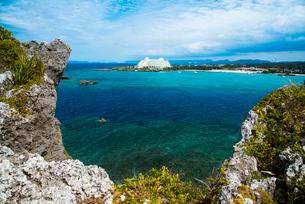 沖縄万座毛断崖から万座ビーチ方面のエメラルドグリーンの海の写真素材 [FYI02827011]