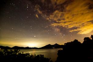 桧原湖湖畔より磐梯山と夏の星空の写真素材 [FYI02827166]