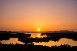 桐垣展望台より夕焼けに染まる英虞湾を望むの写真素材 [FYI02827211]