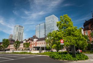 東京駅丸の内口広場と高層ビル群の写真素材 [FYI02827261]