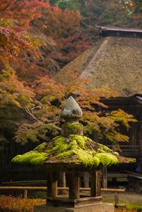 中尊寺 燈籠と弁財天堂の写真素材 [FYI02827291]