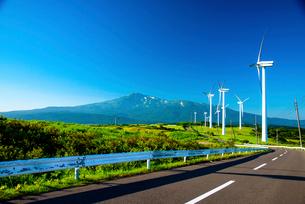 仁賀保高原 風力発電所と鳥海山の写真素材 [FYI02827318]