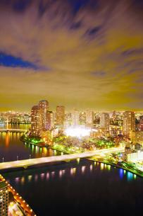 佃のマンション群と隅田川と佃大橋と佃中学校の夜間照明の写真素材 [FYI02827345]