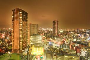 タワー型マンションと新宿方向のビル群の夜景の写真素材 [FYI02827450]