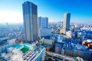 タワー型マンションと新宿方向のビル群の写真素材 [FYI02827482]