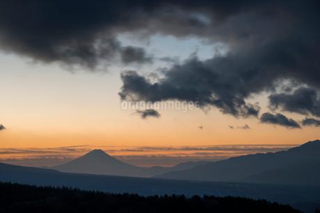 池のくるみより夜明けの空と富士山の写真素材 [FYI02827500]