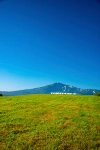 仁賀保高原と鳥海山の写真素材 [FYI02827608]