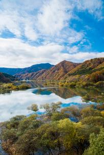 紅葉の五十里湖の写真素材 [FYI02827664]