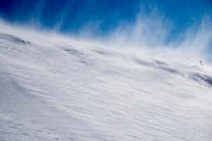 地吹雪の雪原の写真素材 [FYI02827676]