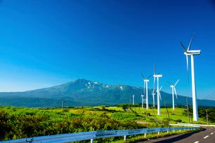 仁賀保高原 風力発電所と鳥海山の写真素材 [FYI02827796]