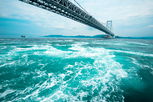 鳴門の渦潮と大鳴門橋の写真素材 [FYI02827879]