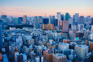 朝の明石町から望む西南西方向のビル群と東京タワーと紅富士の写真素材 [FYI02827906]