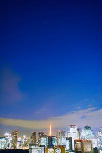 明石町から望む西南西方向のビル群と東京タワーの夜景の写真素材 [FYI02827912]