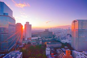 平河町から望む紀尾井町と新宿方向のビル群と夕日の写真素材 [FYI02827914]