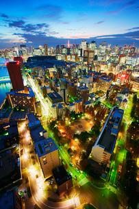 薄暮の明石町から望む西南西方向のビル群と東京タワーの写真素材 [FYI02827915]
