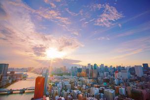 明石町から望む西南西方向のビル群と隅田川と夕日の写真素材 [FYI02827927]