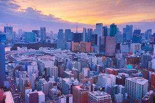 明石町から望む西南西方向のビル群と東京タワーと夕焼けの写真素材 [FYI02827936]