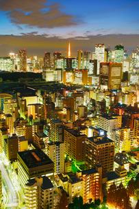 薄暮の明石町から望む西南西方向のビル群と東京タワーの写真素材 [FYI02827941]