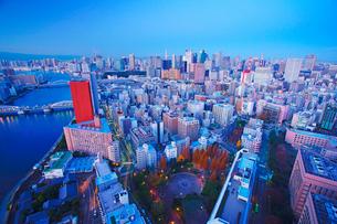 黎明の明石町から望む西南西方向のビル群と隅田川の写真素材 [FYI02827942]