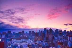 明石町から望む西南西方向のビル群と東京タワーと夕焼けの写真素材 [FYI02827949]