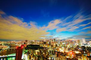 薄暮の明石町から望む西南西方向のビル群と東京タワーと隅田川の写真素材 [FYI02827964]