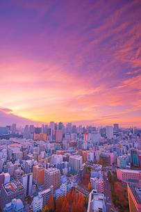 明石町から望む西方向のビル群と夕焼けの写真素材 [FYI02827968]