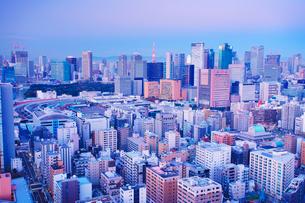 朝の明石町から望む西南西方向のビル群と東京タワーと富士山の写真素材 [FYI02827987]