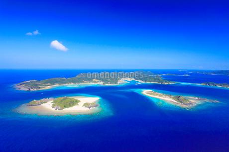 嘉比島と安慶名敷島など慶良間諸島の空撮の写真素材 [FYI02828000]