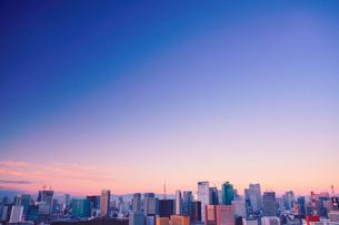 朝の明石町から望む西南西方向のビル群と東京タワーと紅富士の写真素材 [FYI02828028]