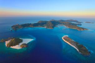 嘉比島と安慶名敷島と座間味島など慶良間諸島の空撮夕景の写真素材 [FYI02828038]