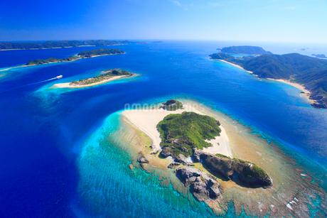 嘉比島と安慶名敷島など慶良間諸島とフェリーざまみの空撮の写真素材 [FYI02828044]