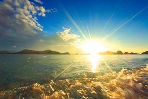 波しぶきと夕日と嘉比島など慶良間諸島の写真素材 [FYI02828059]