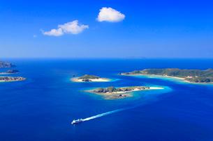 安慶名敷島と嘉比島など慶良間諸島とフェリーざまみの空撮の写真素材 [FYI02828061]