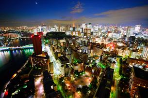 明石町から望む西南西方向のビル群と東京タワーと隅田川と三日月の写真素材 [FYI02828072]