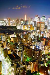 明石町から望む西南西方向のビル群と東京タワーと沈む三日月の写真素材 [FYI02828108]