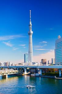 東京スカイツリーと隅田川とファスナーの船と東武鉄道の電車の写真素材 [FYI02828127]