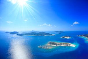 安慶名敷島と嘉比島など慶良間諸島の空撮と太陽の光芒の写真素材 [FYI02828170]