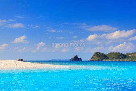 トロピカル色の海と嘉比島の砂州と深城の崎の写真素材 [FYI02828184]